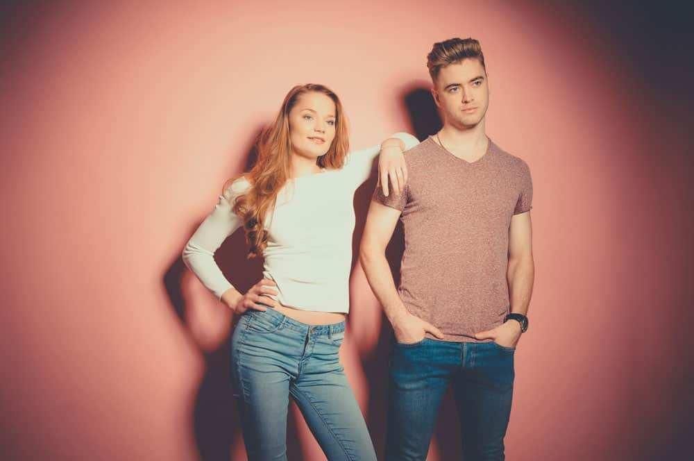 Ein junges Paar vor einer pinken Wand bei einem Fotoshooting im Beautyshots Hamburg Fotostudio