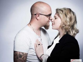 Ein Pärchen beim Paarfotoshooting vor einem weißen Hintergrund