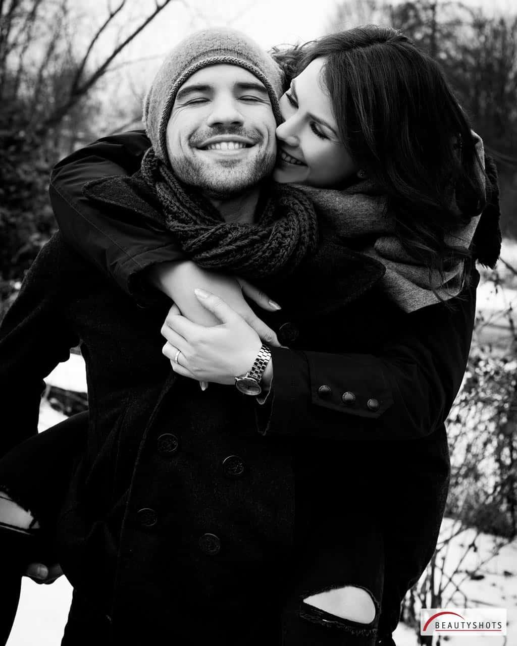 Schwarz-weiß Foto von einem Paar draußen im Winter, fotografiert beim Paar-Fotoshooting im BEAUTYSHOTS Fotostudio in Hamburg