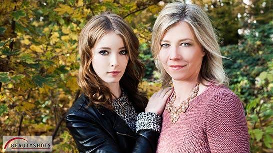 Foto von einer Mutter und Tochter draußen im Grünen beim Familienfotoshooting bei Beautyshots Fotostudio in Hamburg