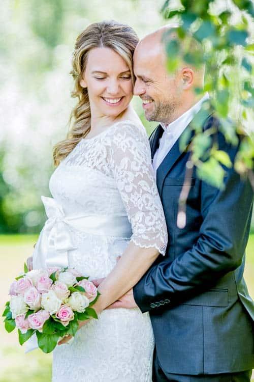 Ein seitliches Hochzeitsfoto von einem Brautpaar fotografiert von unserem Hochzeitsfotograf Hamburg während eines Hochzeit-Fotoshooting - Copyright Beautyshots Hamburg Fotostudio