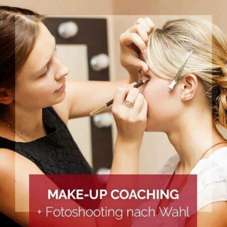 Produktfoto Make-up Coaching & Fotoshooting nach Wahl - eine Kundin wird von einer Visagistin geschminkt