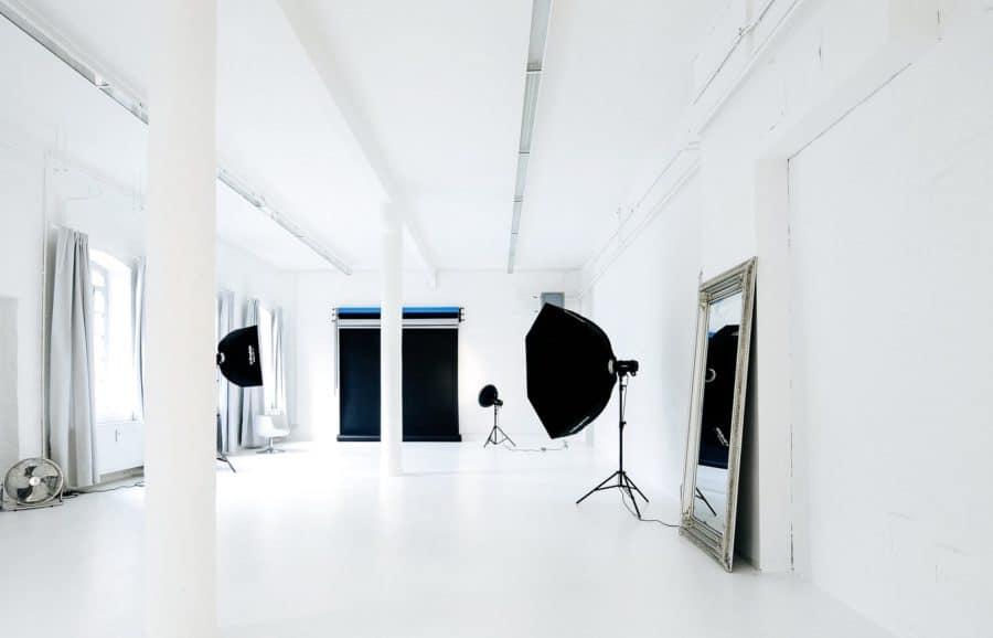 Foto von dem Foto-Bereich mit Spiegel und Lampen