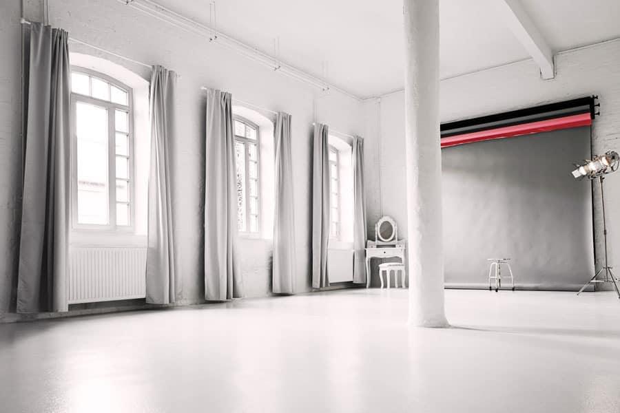 Foto von dem Fotostudio-Bereich mit Hintergrundaufhängung und Lampen