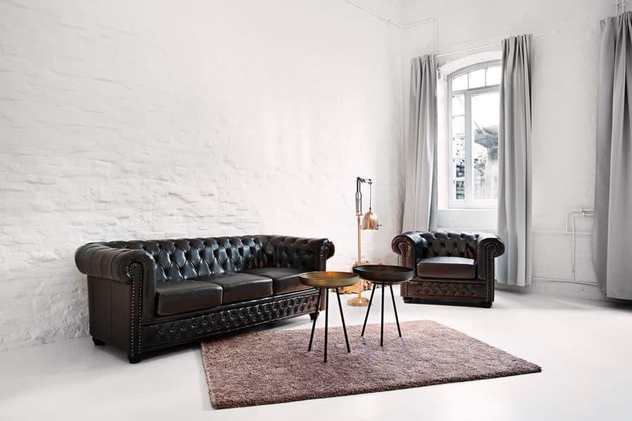 Foto von einem Set mit Chesterfield-Sofa und Sessel