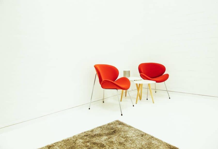 Foto von zwei roten Stühlen im Eingangsbereich des Fotostudios
