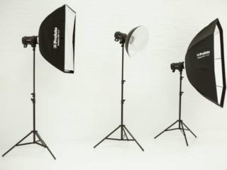 Foto von drei Profoto-Lampen, die im Fotostudio verwendet werden