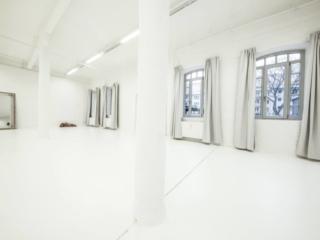Ein Foto von dem Fotostudio-Bereich ohne Fotograf mit offenen Fenstern