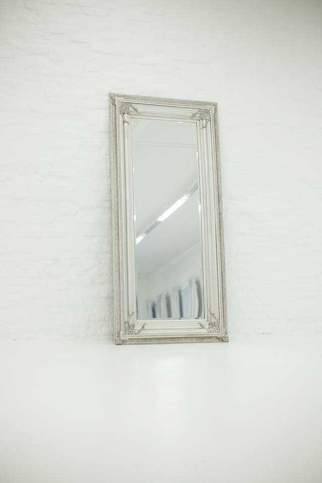 Foto von einem silbernen Spiegel