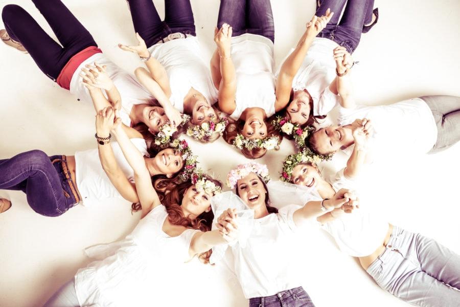 Foto von einer JGA-Gruppe im Liegen auf dem Boden bei einem Junggesellinnen-Fotoshooting beim Beautyshots Fotostudio in Hamburg