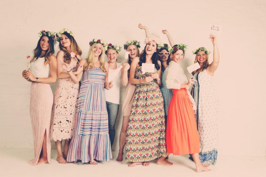 Foto von einer JGA-Gruppe vor einem weißen Hintergrund bei einem Junggesellinnen-Fotoshooting beim Beautyshots Fotostudio in Hamburg